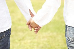 Paar, Händchen haltend